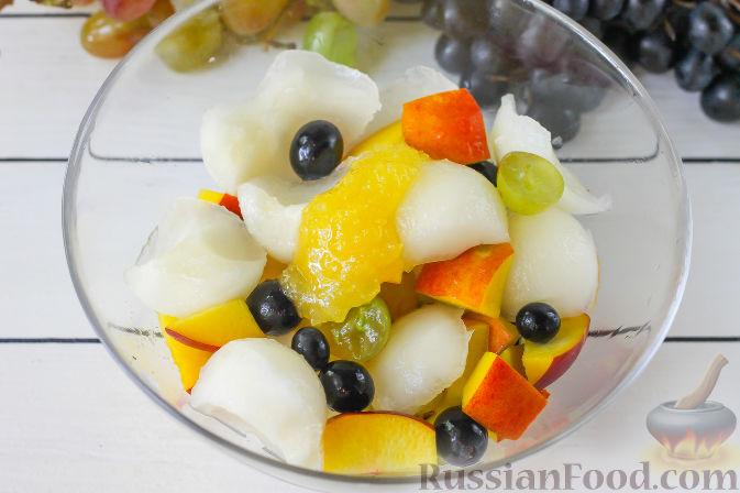 Фото приготовления рецепта: Салат с дыней, виноградом, персиками и мёдом - шаг №5
