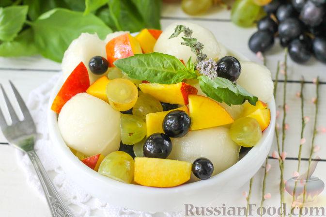 Фото приготовления рецепта: Салат с дыней, виноградом, персиками и мёдом - шаг №6