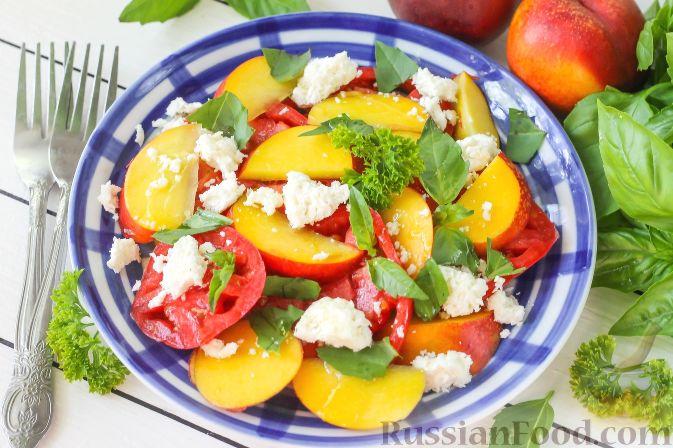 Фото к рецепту: Салат из персиков, помидоров и мягкого сыра, с базиликом