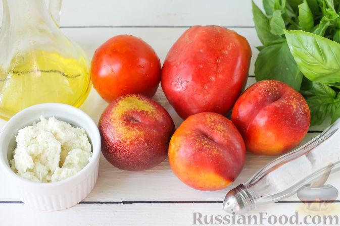 Фото приготовления рецепта: Салат из персиков, помидоров и мягкого сыра, с базиликом - шаг №1