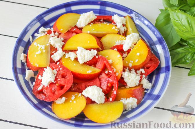 Фото приготовления рецепта: Салат из персиков, помидоров и мягкого сыра, с базиликом - шаг №4