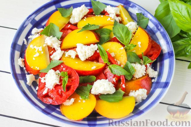 Фото приготовления рецепта: Салат из персиков, помидоров и мягкого сыра, с базиликом - шаг №5