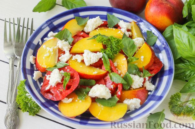 Фото приготовления рецепта: Салат из персиков, помидоров и мягкого сыра, с базиликом - шаг №6