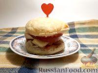 Фото к рецепту: Бургер из слоеного теста, с курицей
