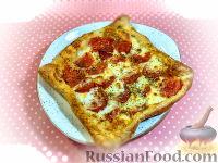 """Фото к рецепту: Слоеный тарт """"Капрезе"""" с томатами и сыром моцарелла"""
