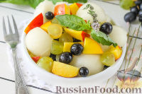 Фото к рецепту: Салат с дыней, виноградом, персиками и мёдом