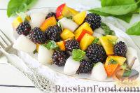 Фото к рецепту: Салат из дыни, ежевики и нектаринов с базиликом