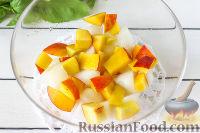 Фото приготовления рецепта: Салат из дыни, ежевики и нектаринов с базиликом - шаг №3