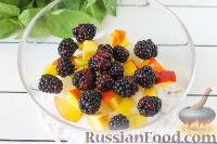 Фото приготовления рецепта: Салат из дыни, ежевики и нектаринов с базиликом - шаг №4