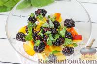 Фото приготовления рецепта: Салат из дыни, ежевики и нектаринов с базиликом - шаг №5