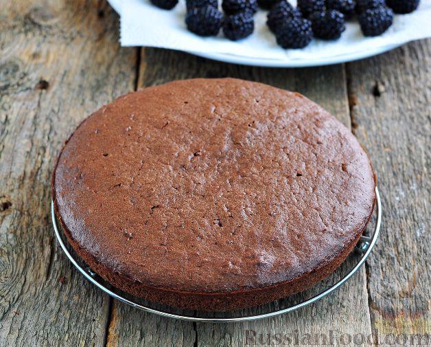 Фото приготовления рецепта: Шоколадный пирог с ежевикой - шаг №15