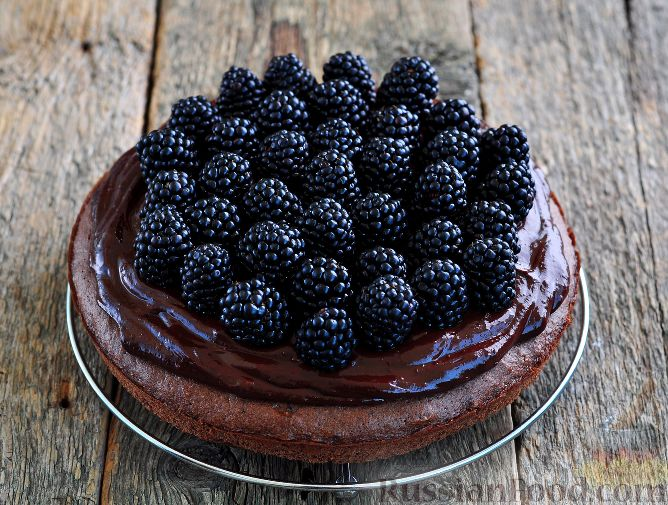 Фото приготовления рецепта: Шоколадный пирог с ежевикой - шаг №17