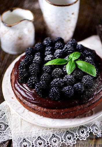 Фото приготовления рецепта: Шоколадный пирог с ежевикой - шаг №18