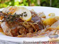 Фото к рецепту: Запеченная свинина с яблоками и луком