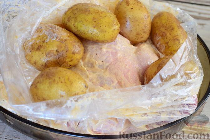 Фото приготовления рецепта: Курица в пикантном маринаде с хреном, запеченная в рукаве - шаг №8