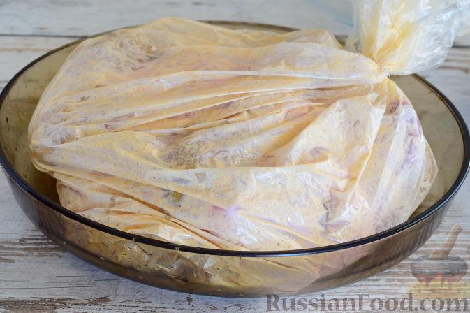 Фото приготовления рецепта: Курица в пикантном маринаде с хреном, запеченная в рукаве - шаг №9