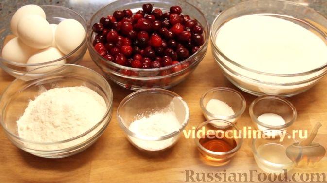 Фото приготовления рецепта: Клюквенный пирог из бисквитного теста - шаг №1