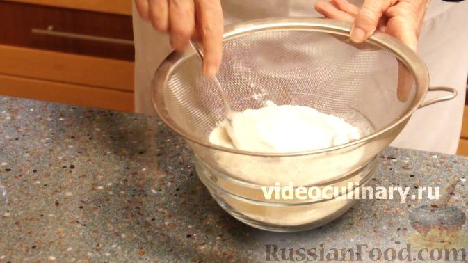 Фото приготовления рецепта: Клюквенный пирог из бисквитного теста - шаг №2