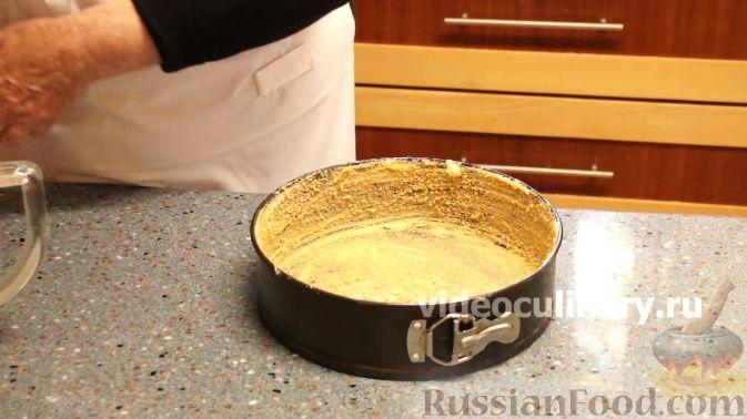 Фото приготовления рецепта: Клюквенный пирог из бисквитного теста - шаг №7