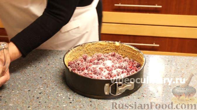 Фото приготовления рецепта: Клюквенный пирог из бисквитного теста - шаг №8