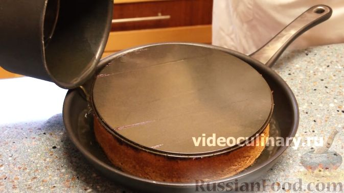 Фото приготовления рецепта: Клюквенный пирог из бисквитного теста - шаг №11