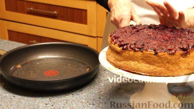 Фото приготовления рецепта: Клюквенный пирог из бисквитного теста - шаг №12