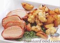 Фото к рецепту: Свинина в беконе, запеченная с овощами
