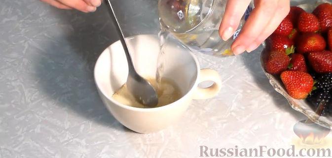 Фото приготовления рецепта: Желейный торт с ягодами - шаг №2