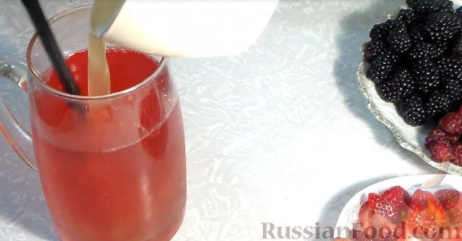 Фото приготовления рецепта: Желейный торт с ягодами - шаг №4