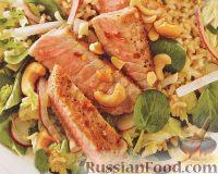 Фото к рецепту: Жареный тунец с рисом и овощным салатом