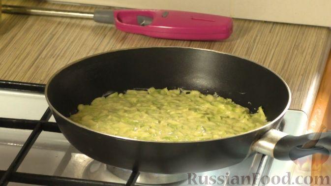 Фото приготовления рецепта: Кабачковый торт с творогом и помидорами - шаг №6