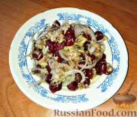 Фото к рецепту: Скандинавский салат из скумбрии и вишни