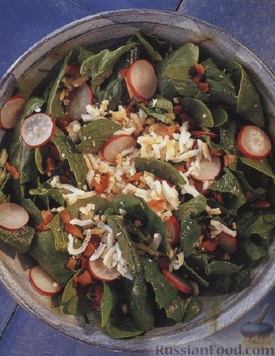 Рецепт Салат из шпинатных листьев с редисом, беконом и яйцами