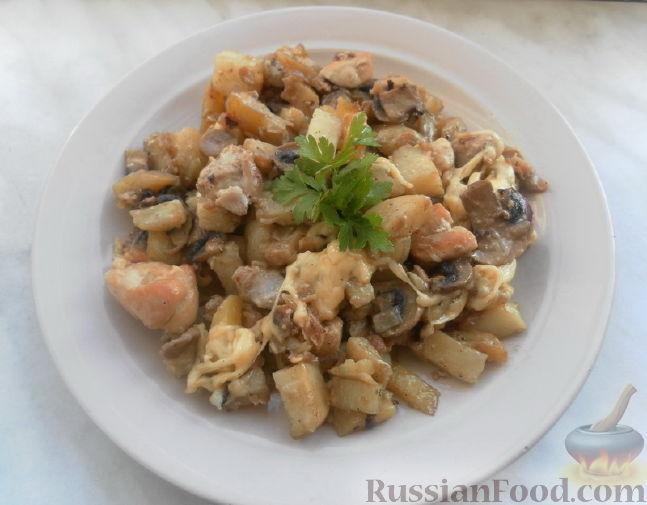 Рецепт Молодой картофель с курицей, луком и шампиньонами в сметанном соусе под сыром