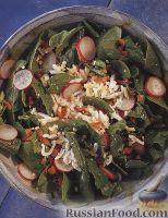 Фото к рецепту: Салат из шпинатных листьев с редисом, беконом и яйцами
