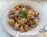 Фото к рецепту: Молодой картофель с курицей, луком и шампиньонами в сметанном соусе под сыром