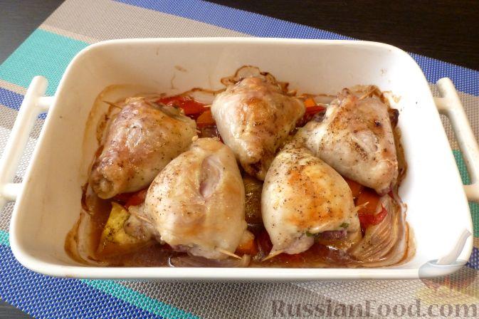 Фото приготовления рецепта: Куриные голени, фаршированные брусникой с орехами - шаг №12
