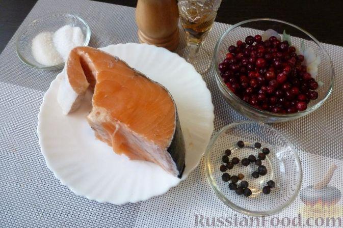 Фото приготовления рецепта: Красная рыба, засоленная с брусникой и можжевельником - шаг №1