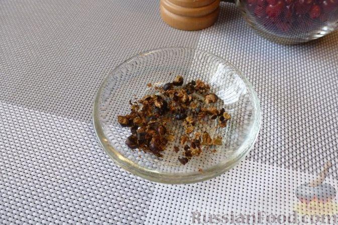 Фото приготовления рецепта: Красная рыба, засоленная с брусникой и можжевельником - шаг №3