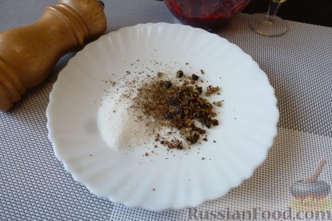 Фото приготовления рецепта: Красная рыба, засоленная с брусникой и можжевельником - шаг №5