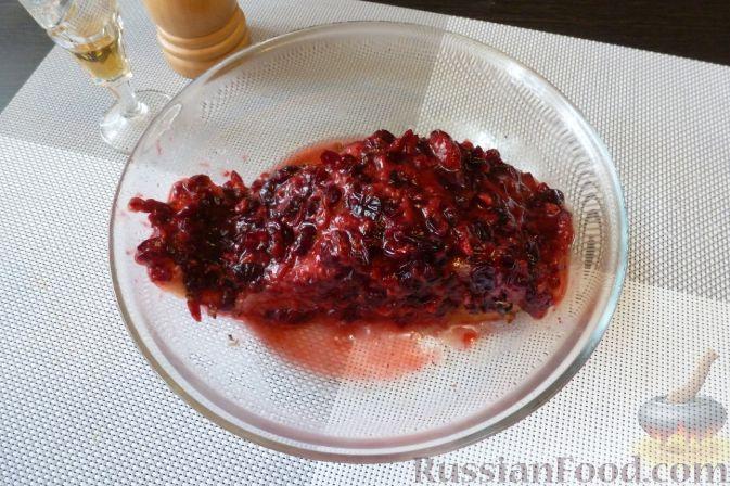 Фото приготовления рецепта: Красная рыба, засоленная с брусникой и можжевельником - шаг №8