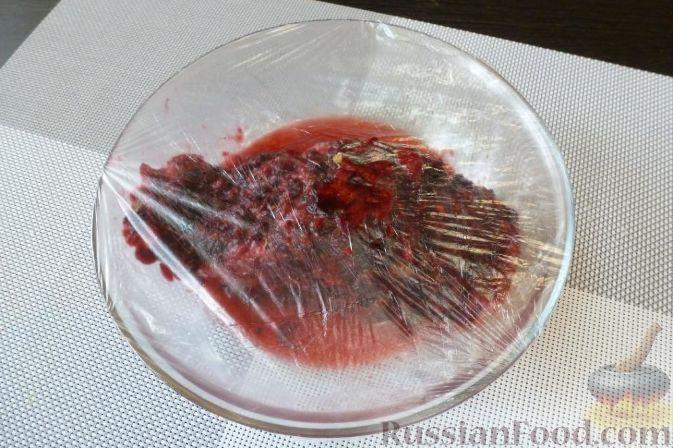 Фото приготовления рецепта: Красная рыба, засоленная с брусникой и можжевельником - шаг №9