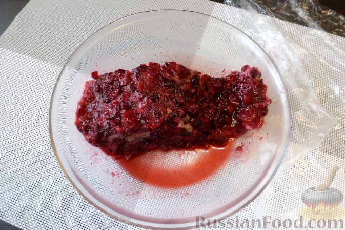 Фото приготовления рецепта: Красная рыба, засоленная с брусникой и можжевельником - шаг №10