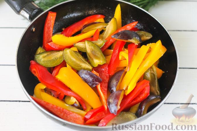 Фото приготовления рецепта: Свиная вырезка со сливами и болгарским перцем - шаг №8