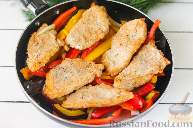 Фото приготовления рецепта: Свиная вырезка со сливами и болгарским перцем - шаг №9
