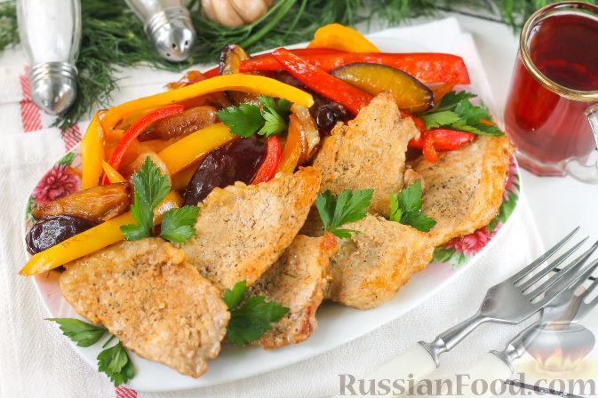 Фото приготовления рецепта: Свиная вырезка со сливами и болгарским перцем - шаг №11