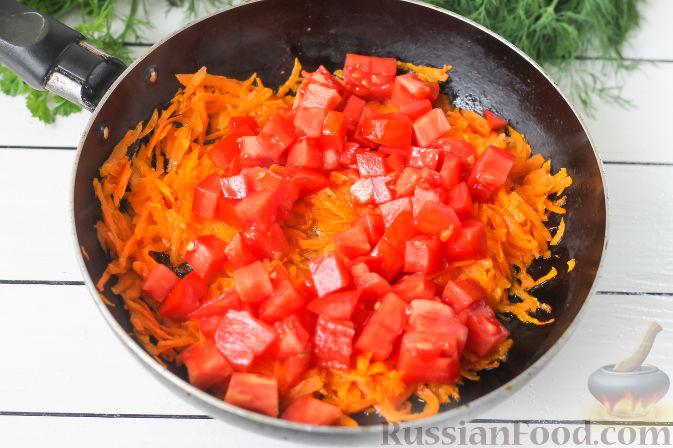 Фото приготовления рецепта: Слоёный салат с копчёной курицей, картофелем, морковью, свёклой и черносливом - шаг №6