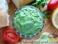 Фото к рецепту: Паштет из рукколы с сыром и фундуком