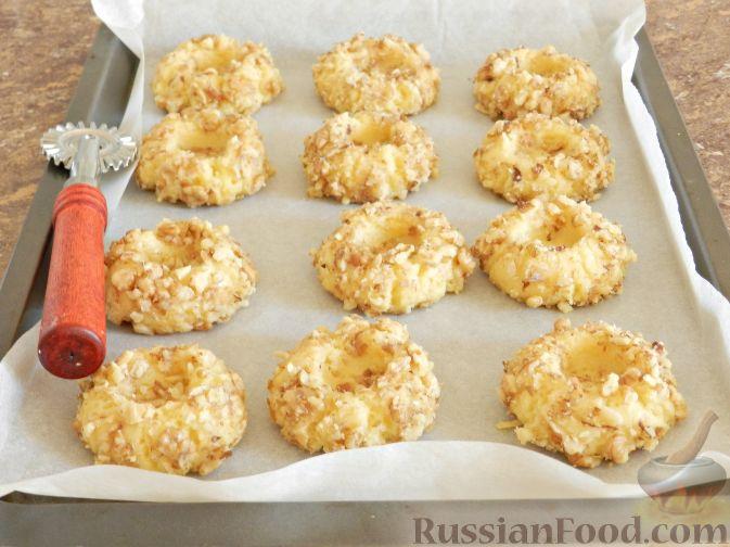 Фото приготовления рецепта: Печенье с орехами и джемом - шаг №10