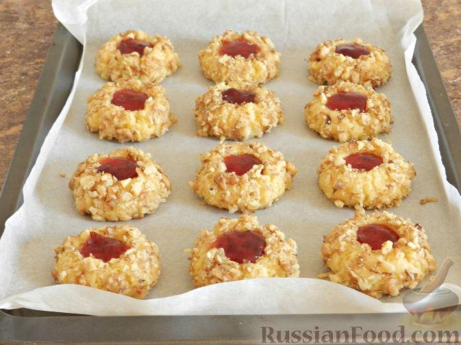 Фото приготовления рецепта: Печенье с орехами и джемом - шаг №11